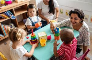 Leidster speelt en praat met kinderen